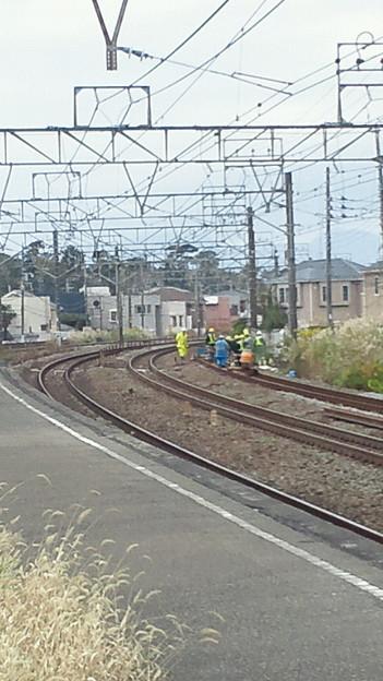 東海道貨物線上り線、今日は旅客本線経由か。敷石調整中。