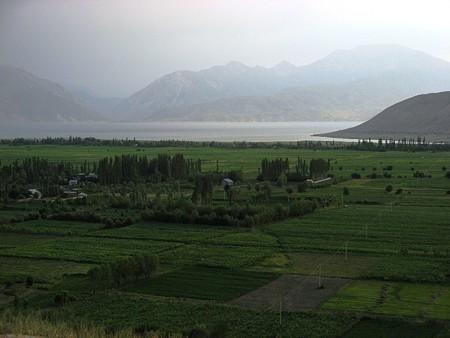 中央アジア キルギス 夕暮れのトクトグル