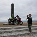写真: 140817-7北海道ツーリング・大間・本州最北端の碑の前で楽しむライダー