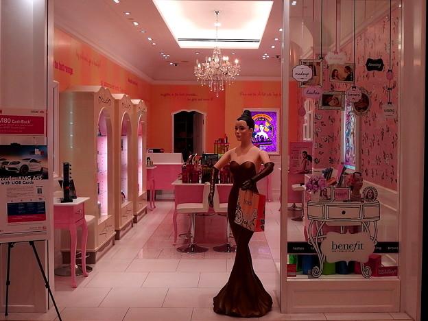 写真: 色っぽい店頭人形。