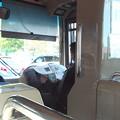 路線バス、朝刊を読みながらの運転です。