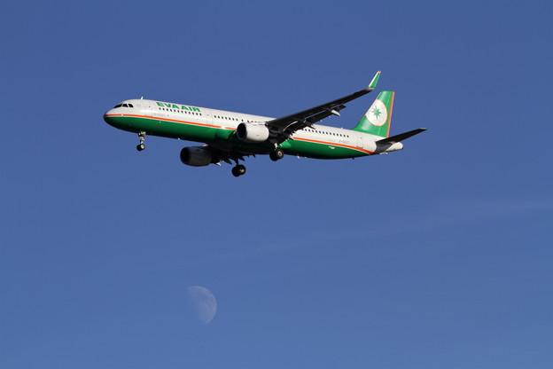 A321と上弦の月