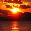 写真: 激しく燃える 早春の 瀬戸内の夕陽
