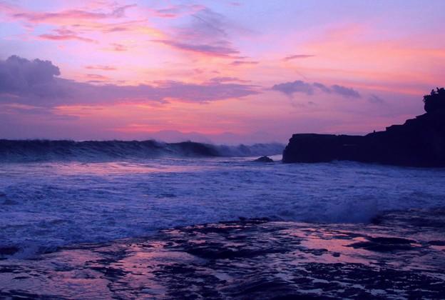 大波打ち寄せる浜