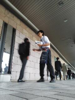 チラシ配布(10月23日、角田晶生)