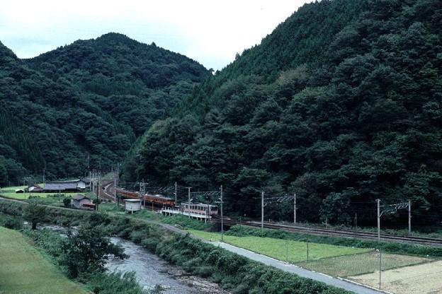 布原駅での列車交換遠景(s104-35)