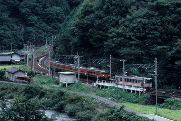布原駅での列車交換(s104-35a)