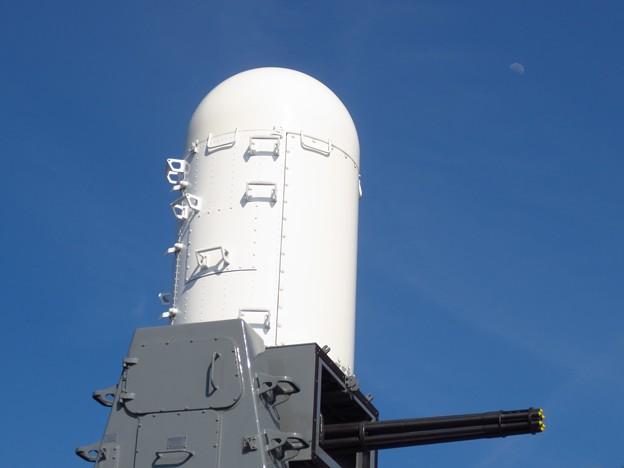 護衛艦おおよど「高性能20ミリ機関砲」と月