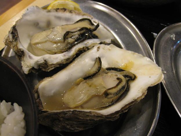 写真: 焼き牡蠣はひとり1個で