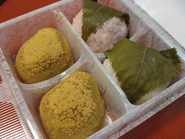 写真: 六花亭の桜餅とうぐいす餅はこんな