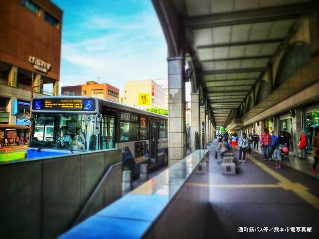 通町筋バス停の風景。