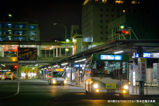 夜の静かなバスターミナル。
