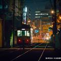 写真: 夜の町をゆく。