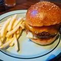 写真: チーズバーガー。