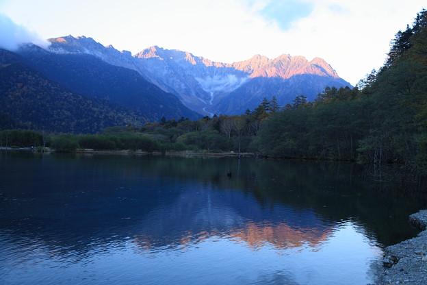 夕暮れの大正池と穂高連峰