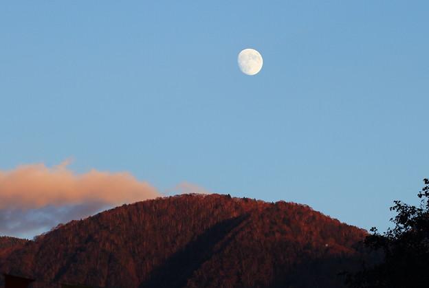 帰り道の紅葉と十三夜の月