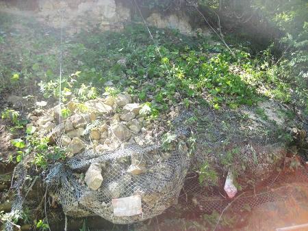 落ちてきた岩?