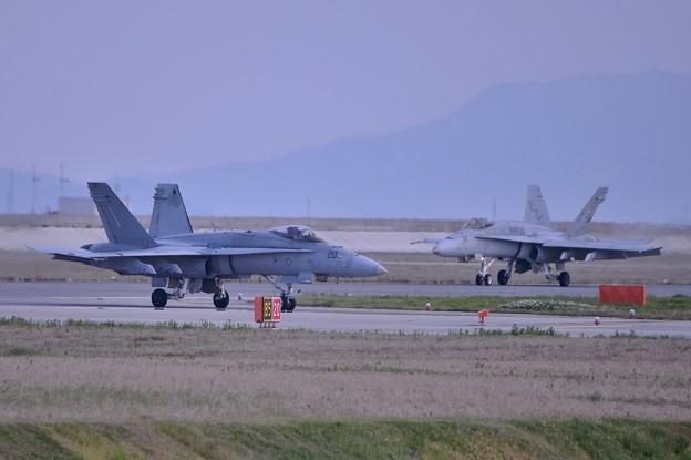 さらに帰投するVMFA122ヴォルブス 2機・・20140504