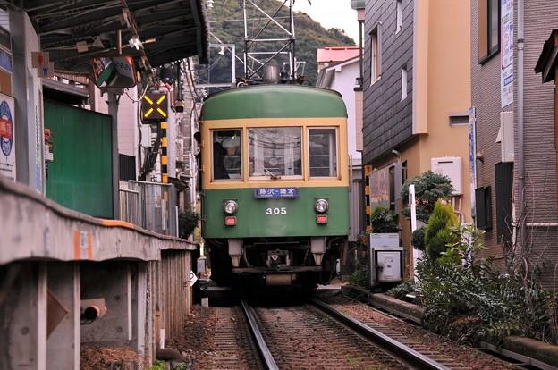腰越駅を出発・・江ノ電300形 古い車両 20150125