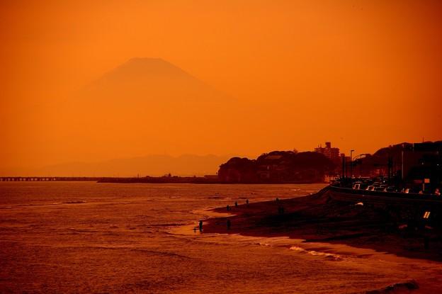 赤く染まった稲村ヶ崎の風景 海岸と富士山 20150125