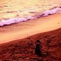 Photos: 稲村ヶ崎の浜辺波打ち際 座り込む君・・20150125
