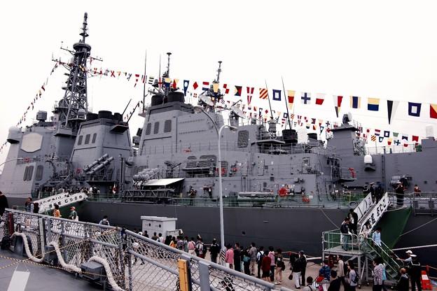 護衛艦てるづきの甲板から見る吉倉桟橋の護衛艦きりしま達。。横須賀基地一般公開10月10日