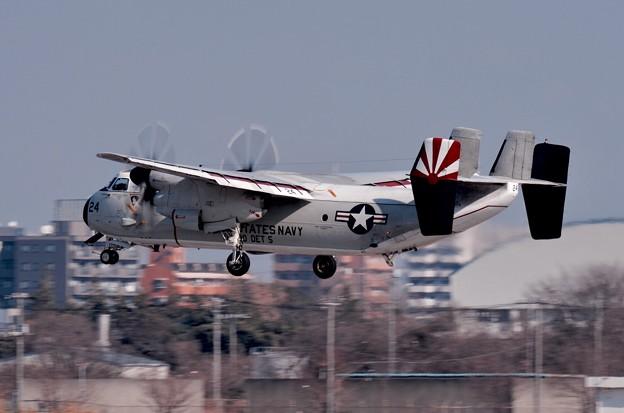 写真: 撮って出し。。タッチ&ゴー繰り返すC-2Aグレイハウンド輸送機。。1月15日