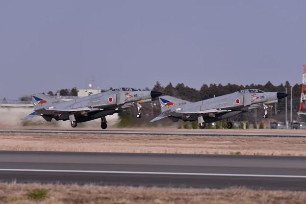 写真: 午後の百里基地 第302飛行隊F-4ファントム R/W03Lテイクオフ・・20150313