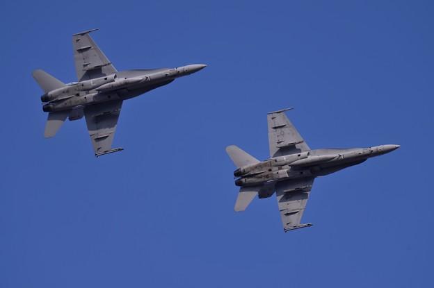 写真: 午後の百里基地 米海兵隊 VMFA-323Death Rattlersオーバーヘッドアプローチ  20150313
