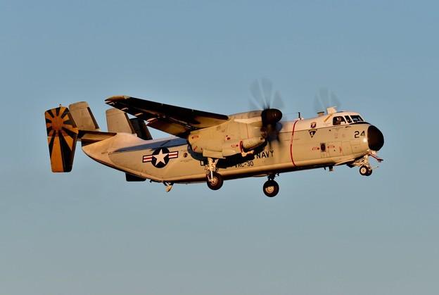 写真: 夕焼けに厚木基地へ帰還するC-2Aグレイハウンド輸送機。。アプローチ 20151128