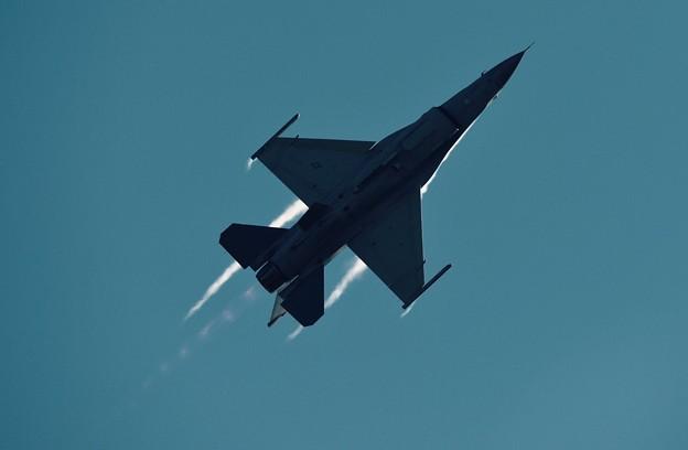 新田原基地航空祭予行。。頭上を一気に駆け抜けて米空軍F-16。。