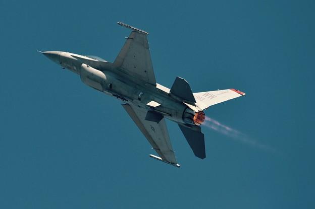 新田原基地航空祭予行。。バナー出して上昇へ。。米空軍F-16