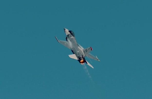 写真: 新田原基地航空祭予行。。まるでロケットとのように。。米空軍F-16