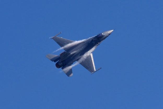 新田原基地航空祭予行。。ベイパー出しての機動飛行 米空軍F-16。。