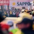 写真: 繰り上げスタート後。。箱根駅伝鶴見中継所のドラマ 沿道も最後まで応援。。20160103