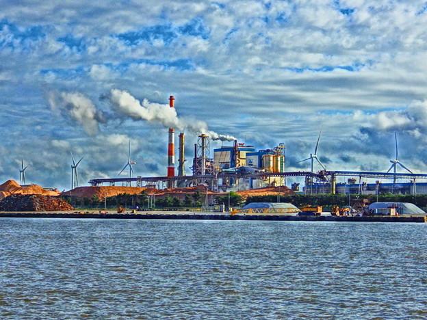 製紙工場と風車