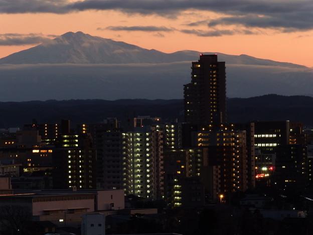写真: 鳥海山とマンション群