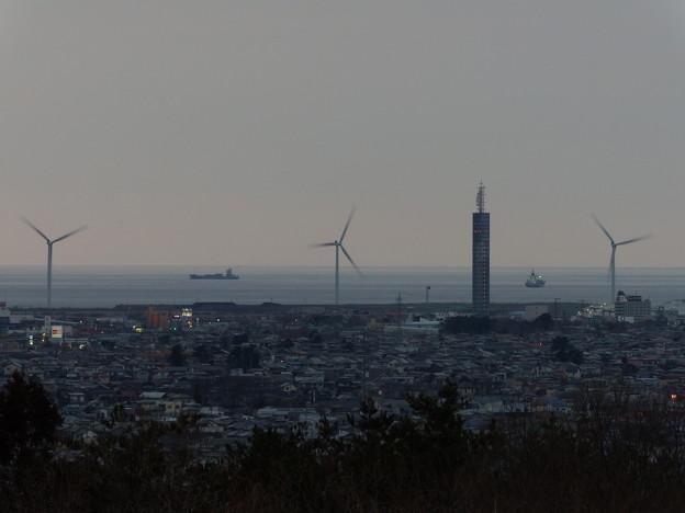 ポートタワーセリオン・コンテナ船×2&風車×3