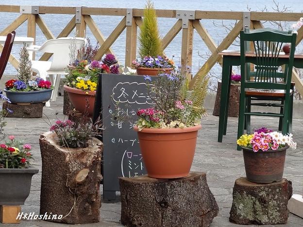 海の近くのオープンカフェ