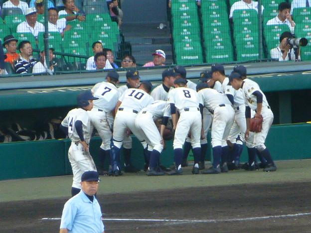 円陣を組む選手たち