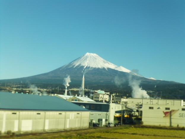 写真: 製紙工場と富士山