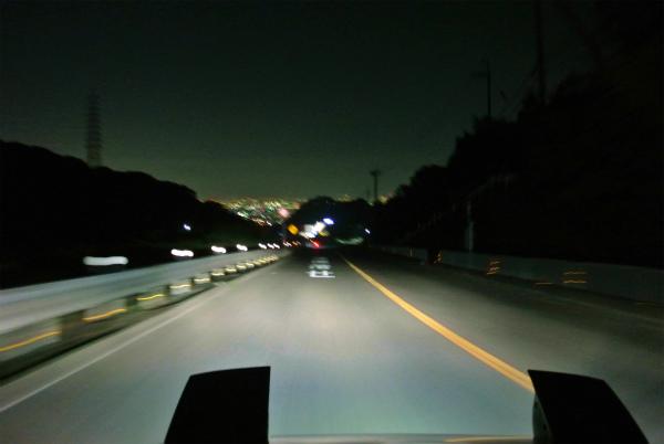 大阪市内の夜の明かりを眺めながら山を下る