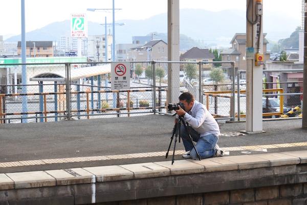 珍しい電車を三脚を構えて撮影する人