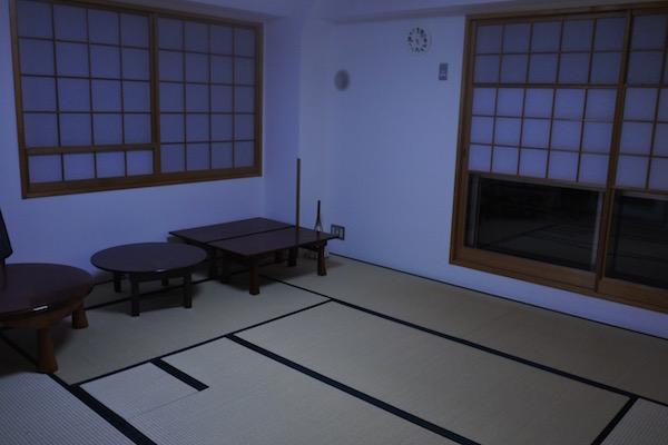 心を落ち着かせてから入室する茶室