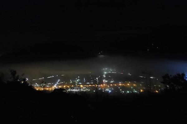 登る途中で見える街の明かり
