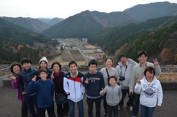 ダムから黒川温泉を見下ろしながら記念撮影
