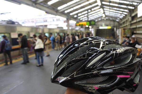 ヘルメットを持って一人で電車で帰る