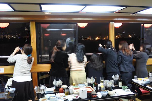 女性陣が窓に張り付いて撮影