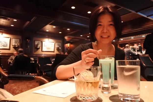 ホテルのバーは久しぶり。家内はブルーのカクテルをチョイス。