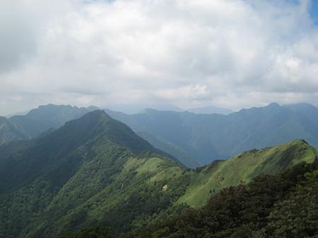 笹ヶ峰山頂からの望む寒風山に続く稜線